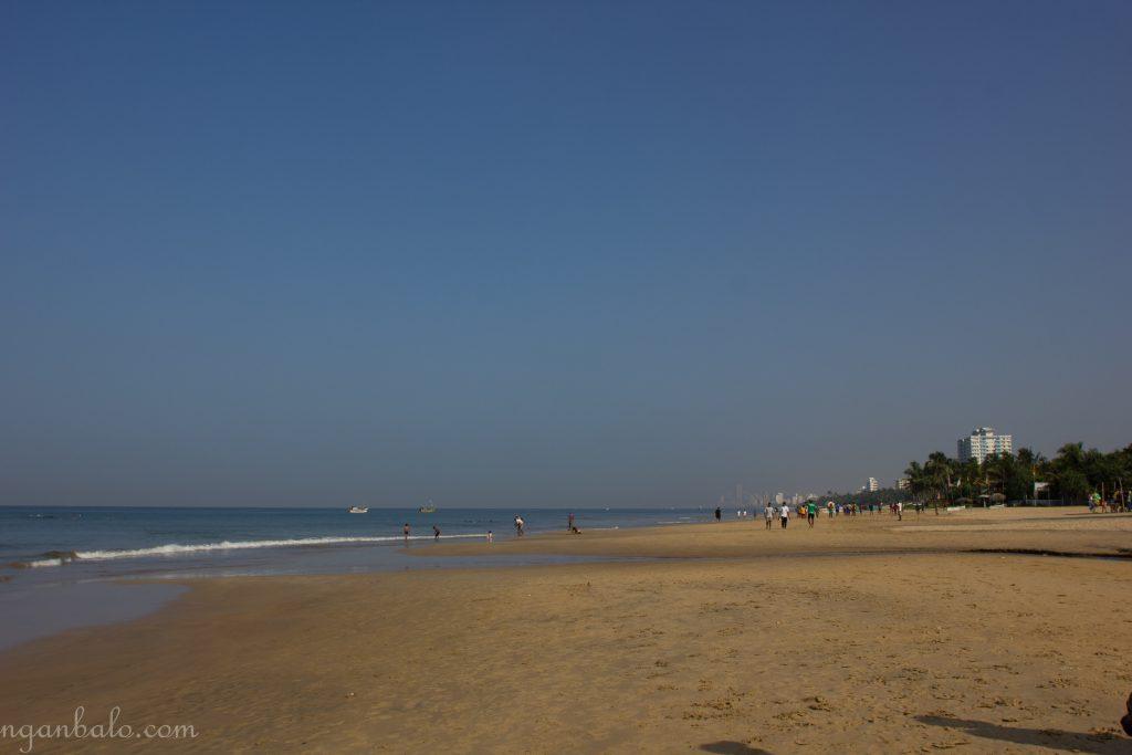 Đây là bãi biển Mount Lavinia đằng sau hostel mình ở