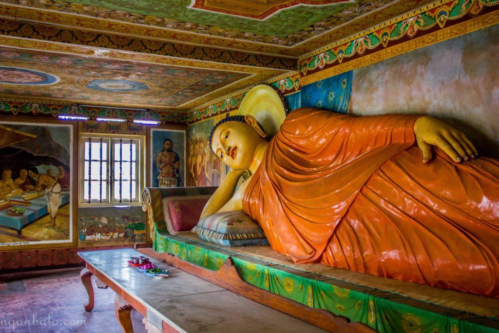 """Đây là chùa mà chú dẫn mình vào tham quan. Chú giải thích cho mình nhưng hình vẽ trong phòng, về Phật và cha mẹ của Phật, rồi một số câu chuyện khác nữa. Chú được cái cũng nhiệt tình, mà mình không thích lúc giảng giải mà cứ nắm tay kéo kéo, rồi cứ đụng vào người mình. Hơi khó chịu một chút. Sau đó chú dẫn mình đi chào thầy trụ trì và ghi tên vào sổ. Vừa mở sổ ra đập vào mặt mình là cột donation. Nhìn lên trên toàn thấy mấy ngàn rupee không. Mình ngại ngùng nhìn chú hỏi """"Cháu giờ không có tiền, không donate có được không ạ"""". Thấy mình hơi ngại, chú mới nói không sao, cái đấy tùy tâm thôi mà. Ngay lúc này anh ấy cũng đã tìm thấy chùa để đón mình, mình lật đật chào thầy, chào chú rồi ra luôn."""