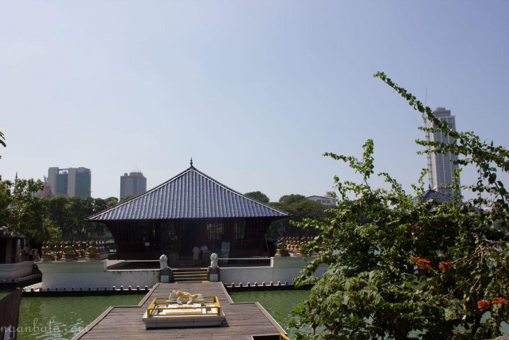 Đây là chùa Gangaramaya. Chùa này ngộ lắm, có vé cho người nước ngoài, vào trong sẽ có bảng mọi người đứng né ra cho người nước ngoài chụp hình
