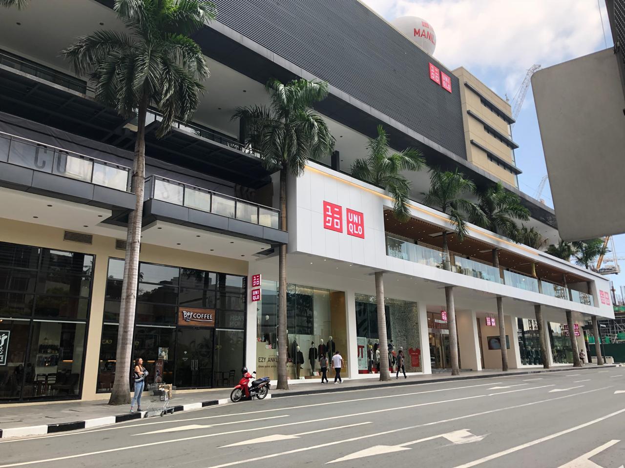 Bên trong cửa hàng Uniqlo Flagship lớn nhất Đông Nam Á ở Makati, Philippines