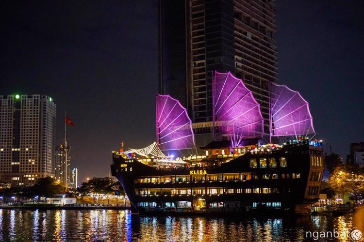Ăn tối và ngắm cảnh Sài Gòn về đêm trên du thuyền